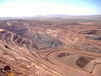 Looking down into the iron ore mine at Tom Price. © Colin Jenkins
