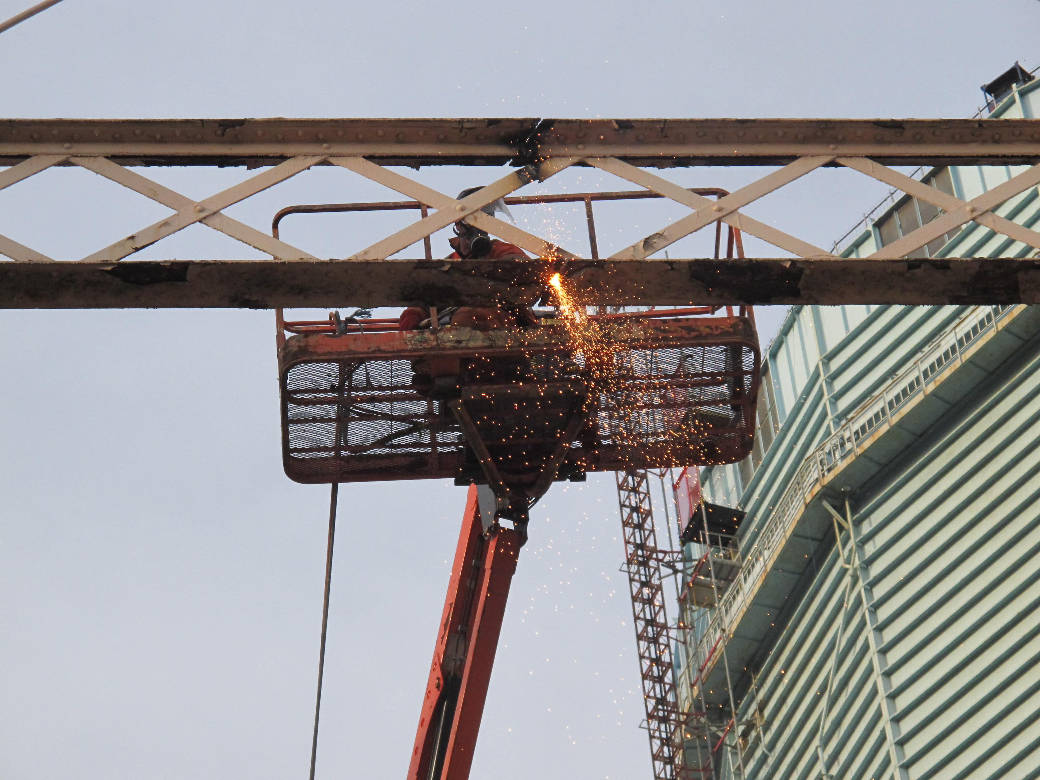 Dismantling the Morton gasholder, cutting through, 9 Dec 2014. � Sarah Timewell