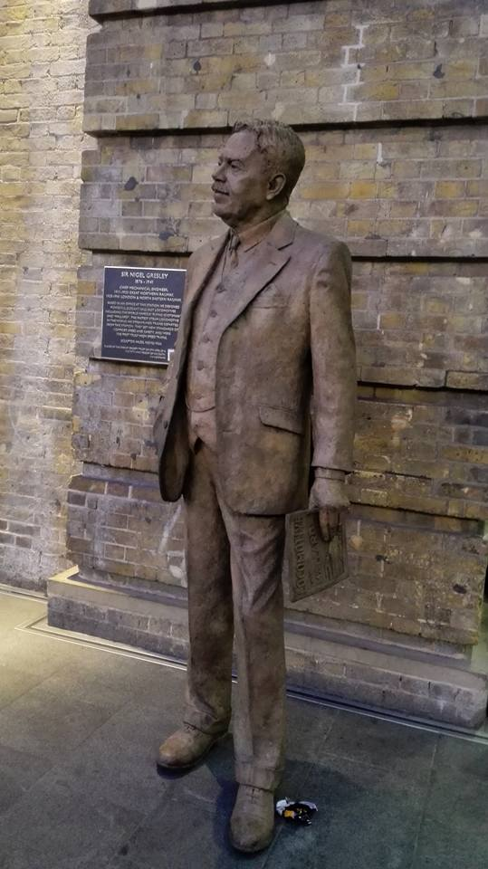 Statue of Sir Nigel Gresley, King's Cross Station � Marcus Man